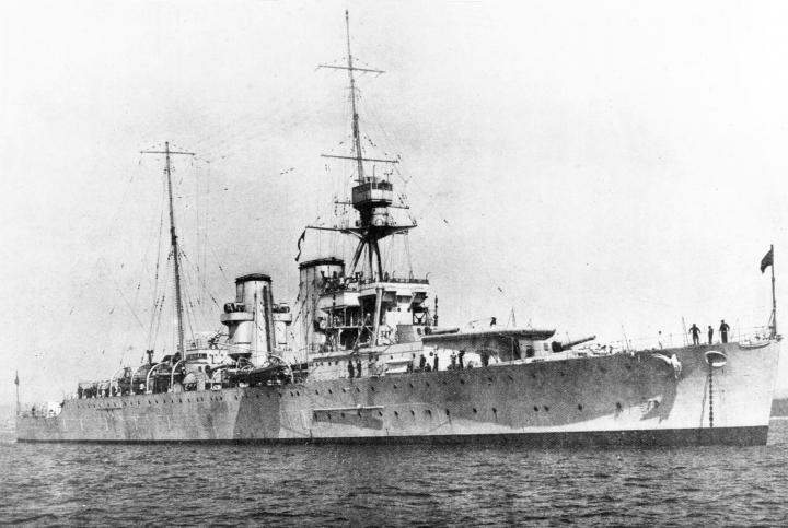 Heavy_cruiser_HMS_Effingham_(D98)_in_1925